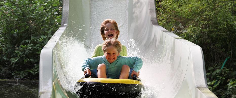 Beleef een spetterende ervaring! Stap in je rubberen raftboot en vaar de wilde rivier af. Suis naar beneden en geniet van een duizelingwekkende afdaling.
